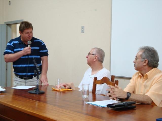 Chico recebe os cumprimentos do Professor Gilberto