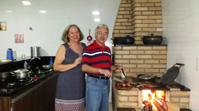 Rita e eu no fogão a lenha na casa de meu irmão Geraldo