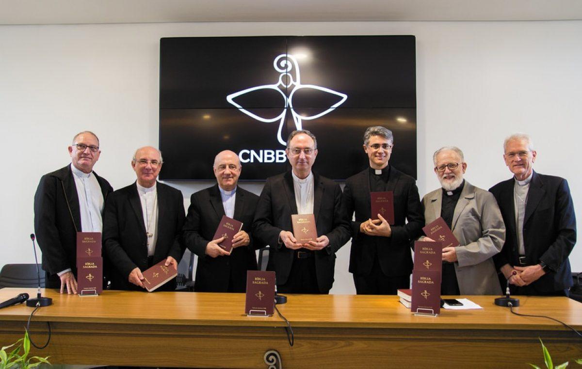 Luís Henrique Eloy e Silva e Johan Konings, coordenadores da tradução, com a Direção da CNBB