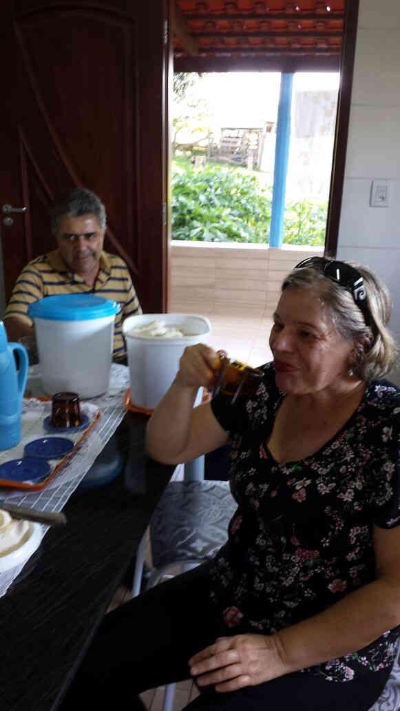 Geraldo e Rita merendando na casa de papai