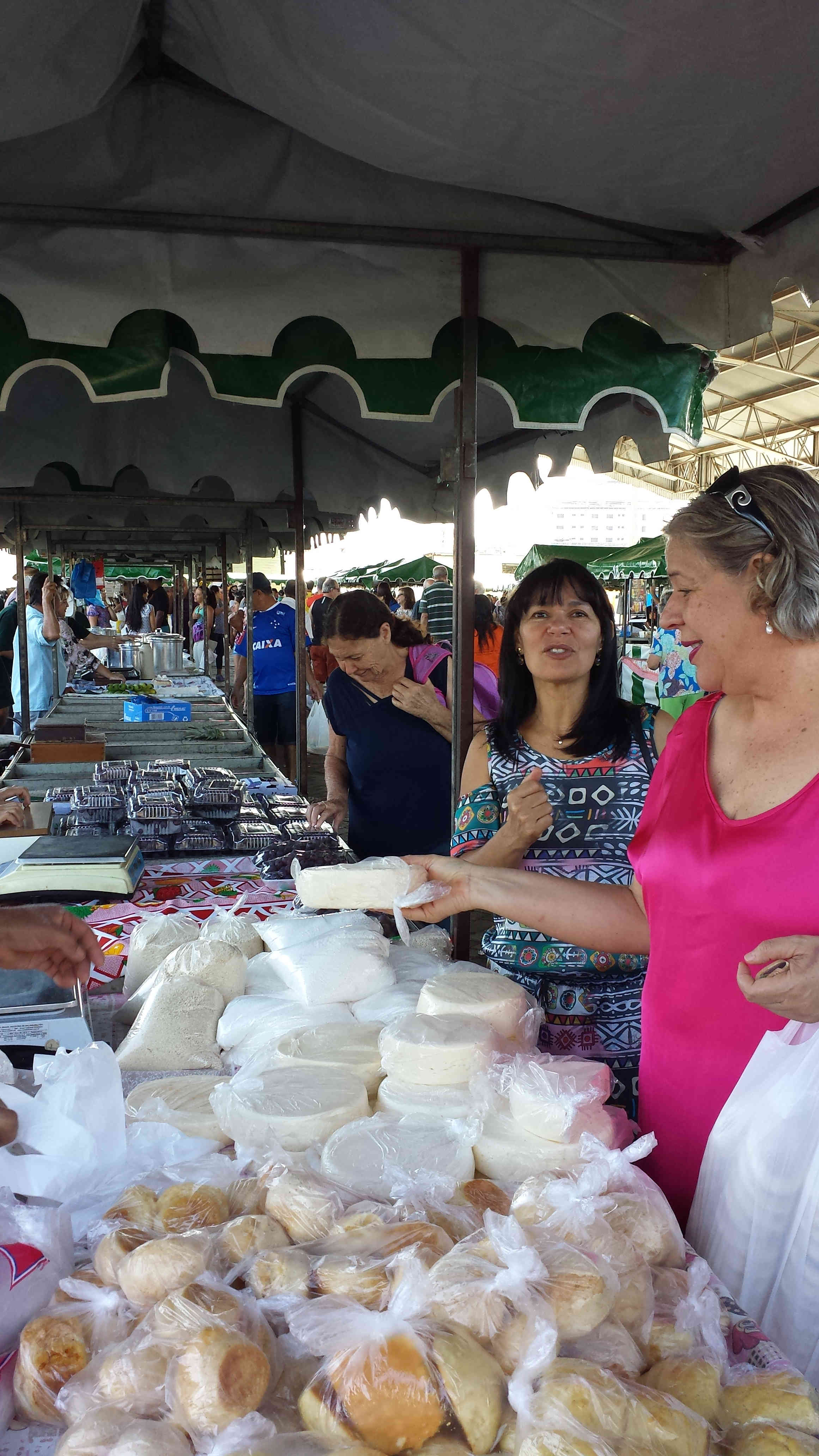 Comprando queijo na Feira Livre