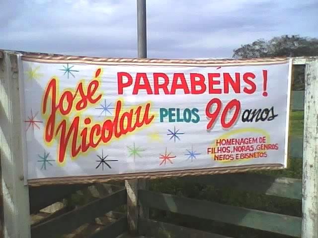Faixa homenageando José Nicolau no local da comemoração
