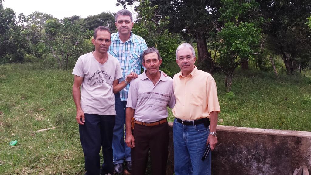 Eu e 3 de meus irmãos na frente da casa da fazenda onde nasci e vivi minha infância