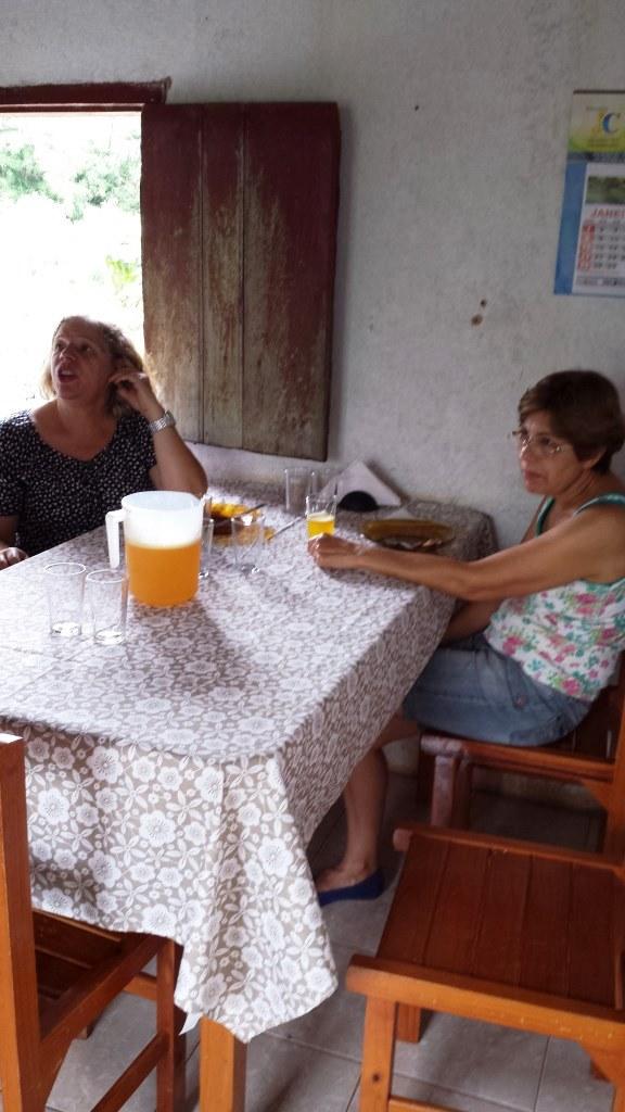 Rita e Ione na cozinha da fazenda onde nasci